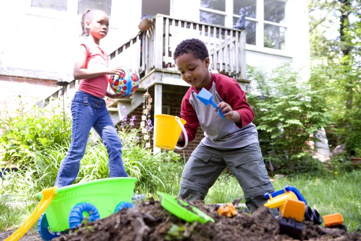 african-american-boy-and-girl-playing-in-the-garden-725x483